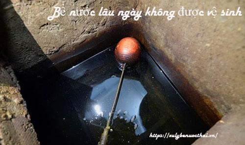 bể nước lâu không vệ sinh