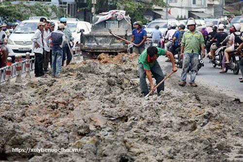 hiện tượng đổ trộm bùn thải ra môi trường